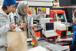 Mega Image majorează salariile angajaţilor din magazine şi creşte valoarea nominală a tichetelui de masă